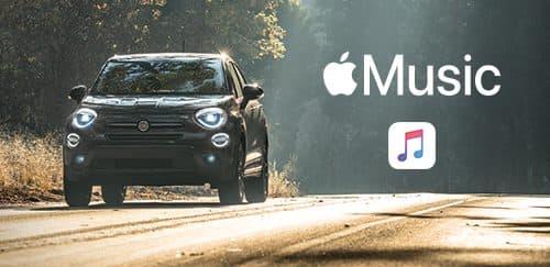 Un Fiat 500X 2019andando por un área arbolada y una versión ampliada del logo de Apple Music y del ícono de Apple Music ubicada en el lado derecho del vehículo.