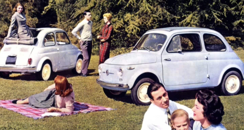 Se muestra el fondo de pantalla n. °2: una foto vintage de dos modelosFiat500 clásicos en un parque con familias y parejas cerca.